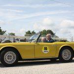 In strahlendem Gelb scheint der Triumph TR6 aus dem Jahr 1973 mit der Sonne um die Wette.
