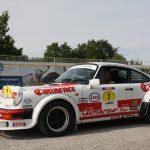 Der Porsche 911 in auffälligem Look stammt aus dem Jahr 1985.