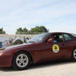 In schickem Lila erstrahlt der Porsche 944 aus dem Jahr 1986.