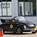 Das VW Käfer Cabrio absolviert unseren Parcours.
