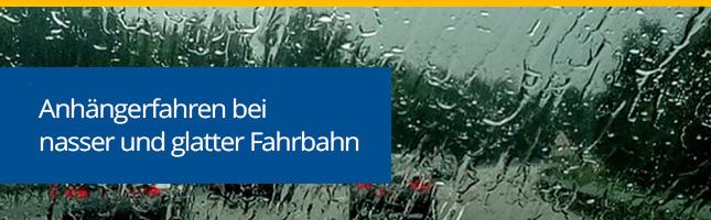 Rutschige Fahrbahn: Anhängerfahrt bei Regen und Laub